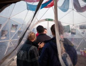 La solidarité dans le bidonville de Calais, décembre 2015. © Jean Larive/ MYOP